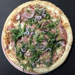 Pizza Beenham met Honing-Mosterdsaus | De Lekkere pizza's van Pizzeria Mama Mia Dronten